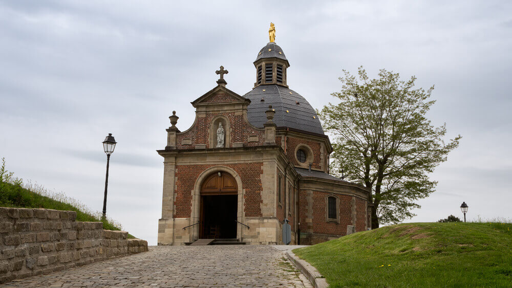 Holiday in Belgium: Solitary chapel on a hill with cobblestone pavement in Geraardsbergen